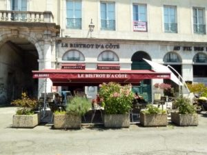 Le Bistro d a Cote restaurant serves meals outside on sunny days